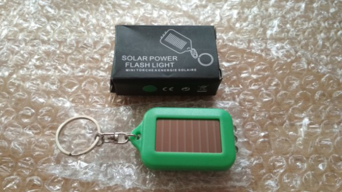 Брелок-фонарик на солнечных батареях в цветах